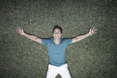 Mens die op het gras legt Royalty-vrije Stock Afbeeldingen
