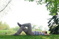 Mens die op het gras ligt Stock Afbeelding