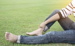 Mens die op het gras voor ontspanning rusten Stock Fotografie