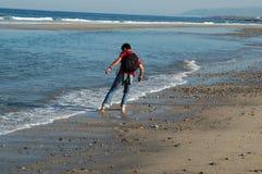 Mens die op het strand loopt stock foto's
