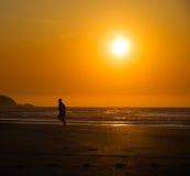 Mens die op het strand lopen Stock Afbeeldingen