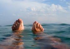 Mens die op het strand in vakanties drijven Stock Foto