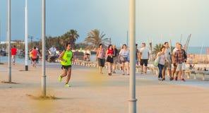 Mens die op het strand van Barcelona lopen stock fotografie