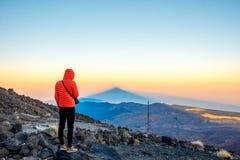 Mens die op het vulkanische landschap kijken Royalty-vrije Stock Afbeelding