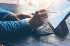 Mens die op kantoor werkt Close-upmening van mannelijke handen die op elektronische tablet toetsenbord-dok post typen Bedrijfs te royalty-vrije stock afbeeldingen