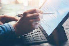 Mens die op kantoor werkt Close-upmening van mannelijke handen die op elektronische tablet toetsenbord-dok post typen Bedrijfs te stock afbeeldingen