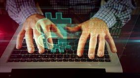 Mens die op laptop toetsenbord met bitcoin schrijven stock video