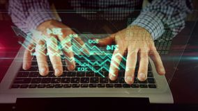Mens die op laptop toetsenbord met het hologram van de voorraadgrafiek schrijven royalty-vrije illustratie