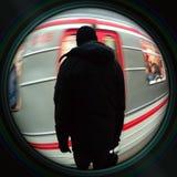 Mens die op metro in objectieve lens wachten Royalty-vrije Stock Afbeeldingen
