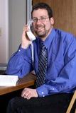 Mens die op middelbare leeftijd op de telefoon spreekt Stock Foto