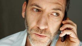 Mens die op mobiele telefoon spreken Stock Fotografie