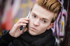 Mens die op mobiele telefoon spreken openlucht Stock Foto's