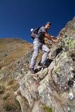 Mens die op moeilijke bergsleep wandelt Stock Foto