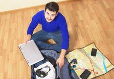 Mens die op overzeese vakantie gaan Stock Fotografie
