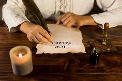 Mens die op perkamentbovenkant schrijven - geheim Royalty-vrije Stock Foto's