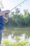 Mens die op rivier vissen Royalty-vrije Stock Fotografie