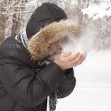 Mens die op sneeuw blazen Stock Fotografie