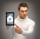 Mens die op tabletpc richten met e-mailpictogram Stock Afbeeldingen