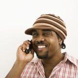 Mens die op telefoon spreekt. Stock Foto