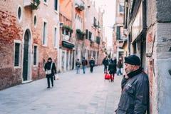 Mens die op telefoon Venetië spreken stock afbeeldingen