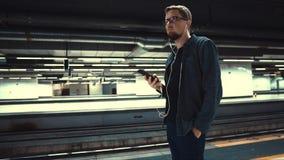 Mens die op trein in metro wachten stock video