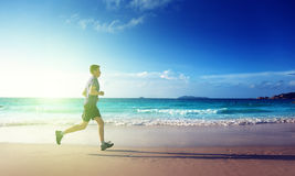 Mens die op tropisch strand lopen royalty-vrije stock afbeelding