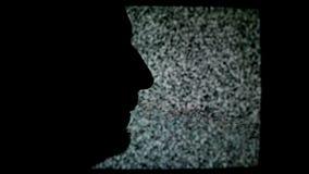 Mens die op TV schreeuwen Silhouet van ongeschoren mannetje voor statische TV-lawaaiachtergrond
