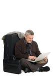 Mens die op vliegtuig voor laptop wacht. Stock Foto's