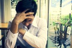 Mens die op werkloos en droevig bureau schrijven stock foto