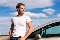Mens die op zijn auto leunt royalty-vrije stock foto's