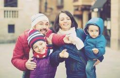 Mens die oriëntatiepunt voor familie tonen bij stad stock fotografie