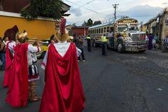 Mens die oude Roman militaire kleren in een optocht dragen tijdens de Pasen-vieringen, in de Heilige Week, in Antigua, Guatemala stock afbeelding