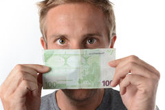Mens die over een euro bankbiljet turen Royalty-vrije Stock Foto