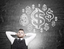 Mens die over geld denken royalty-vrije stock foto
