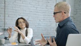 Mens die over nieuwe startstrategie in bedrijf spreken stock video