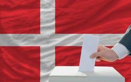 Mens die over verkiezingen in Denemarken stemmen stock afbeelding