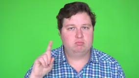 Mens die in overhemd GEEN gebaar op de groene sleutel van de het schermchroma maken stock videobeelden