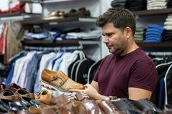 Mens die overhemden, jasjes en schoenen bekijken royalty-vrije stock afbeelding