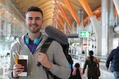 Mens die in overvolle luchthaven glimlachen royalty-vrije stock fotografie