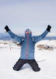 Mens die overwinningsteken na de piekvoltooiing van de toptrekking in sneeuwberg doen op de winterlandschap Royalty-vrije Stock Afbeelding