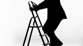 Mens die in pak op carrièreladder de beklimmen, kreeg baanbevordering, vooruitgang stock video