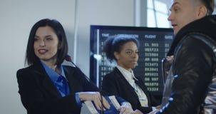 Mens die paspoortcontrole overgaan stock video