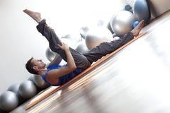 Mens die pilates doet Royalty-vrije Stock Fotografie