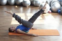 Mens die pilates praktizeert Stock Afbeeldingen