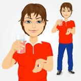 Mens die pillen met glas water nemen Royalty-vrije Stock Foto