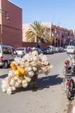 Mens die plastic flessen in Marokko verzamelen royalty-vrije stock afbeeldingen