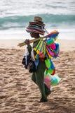 Mens die plastic speelgoed verkopen bij het strand stock foto
