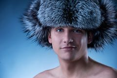 mens die pluizige hoed draagt Stock Foto's
