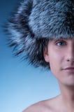 Mens die pluizige hoed draagt Stock Fotografie