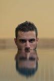 Mens die in Pool met half Ondergedompeld Gezicht zwemmen royalty-vrije stock afbeelding